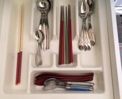 キッチンカウンター下の引き出し。カトラリー入れになってます。拭きあげてスッキリ♪